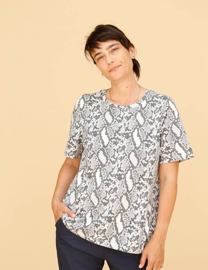 Alef Alef | אלף אלף - בגדי מעצבים | חולצת Cohen הדפס מנוחש לבן