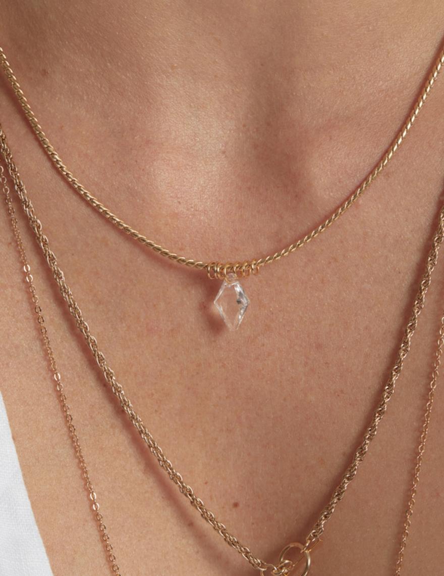 Alef Alef | אלף אלף - בגדי מעצבים | EFF HEXA – שרשרת זהב עם תליון סברובסקי בצורת מעוין – שקוף