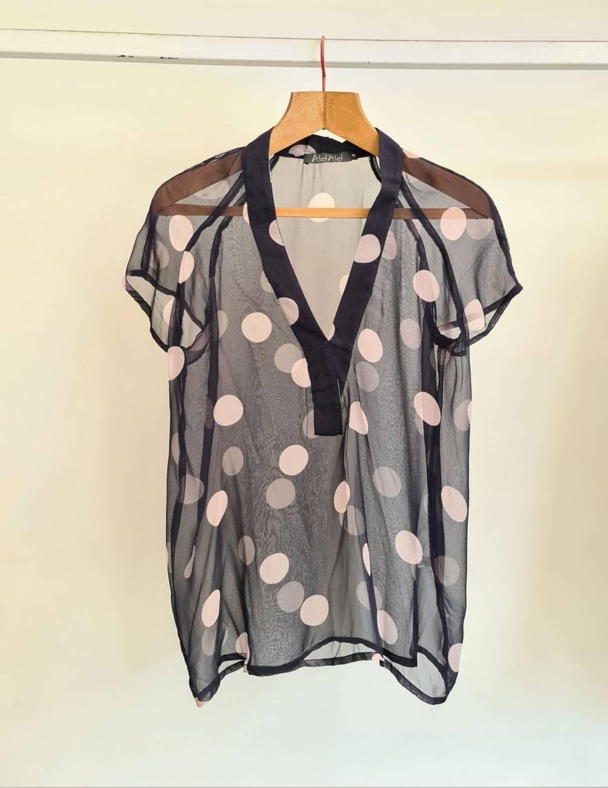 Alef Alef | אלף אלף - בגדי מעצבים | חולצת שיפון נייבי /נקודות פודרה
